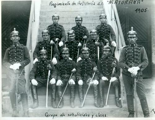 """Regimiento de Artillería """"Maturana"""". Grupo de suboficiales y clases. 1905."""